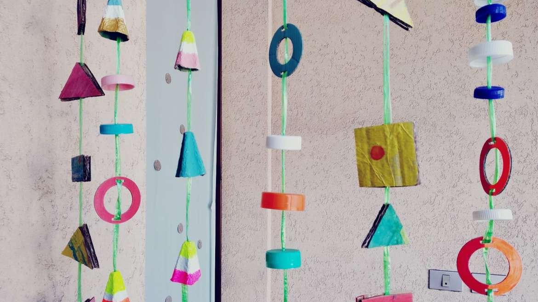 Ghirlande colorate con materiali di recupero.